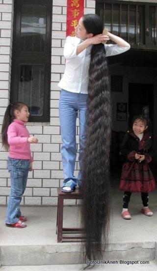 Menyisir Rambut Harus Berdiri Di Atas Bangku, Karena Panjangnya Rambut